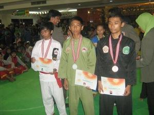 Rahmat Trio Saputra, saat menerima Medali Emas