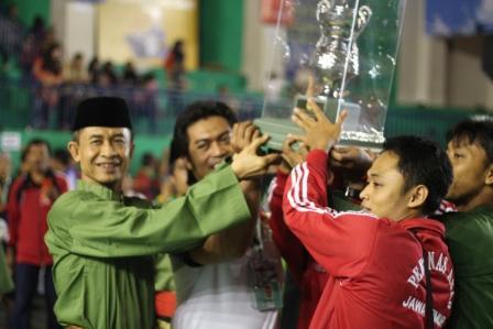 Kontingen Jawa-Timur saat menerima Trophy Piala Umum