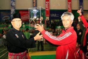 Ketua Kontingen Jawa-Timur saat menerima Piala dari Council of Sesepuh Persilat (Persekutuan Pencak Silat Antar Bangsa) Mayjen TNI (Purn)  Eddie Mardjoeki Nalapraya